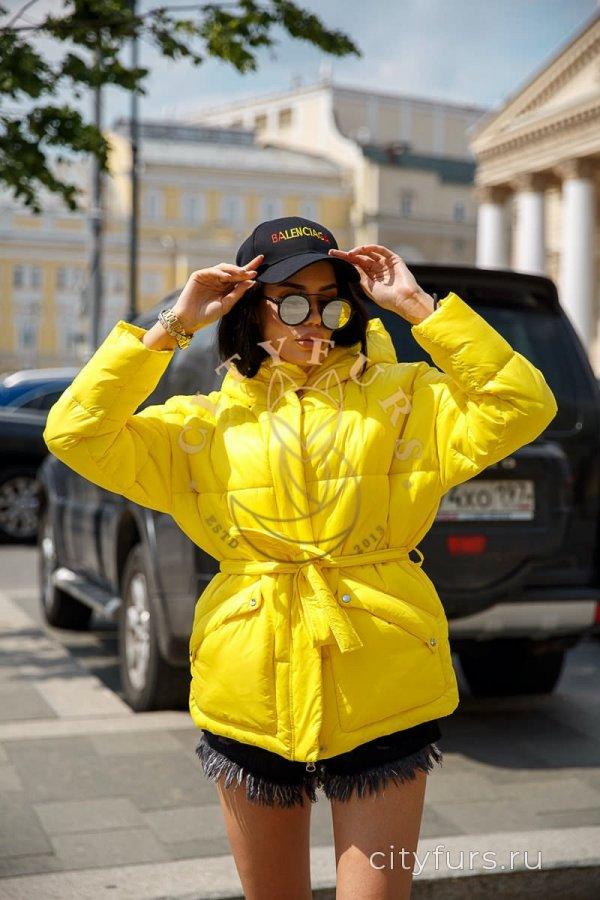 Демисезонная куртка желтого цвета
