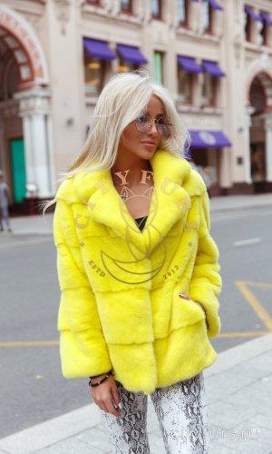 Норковый полушубок лимонного цвета.