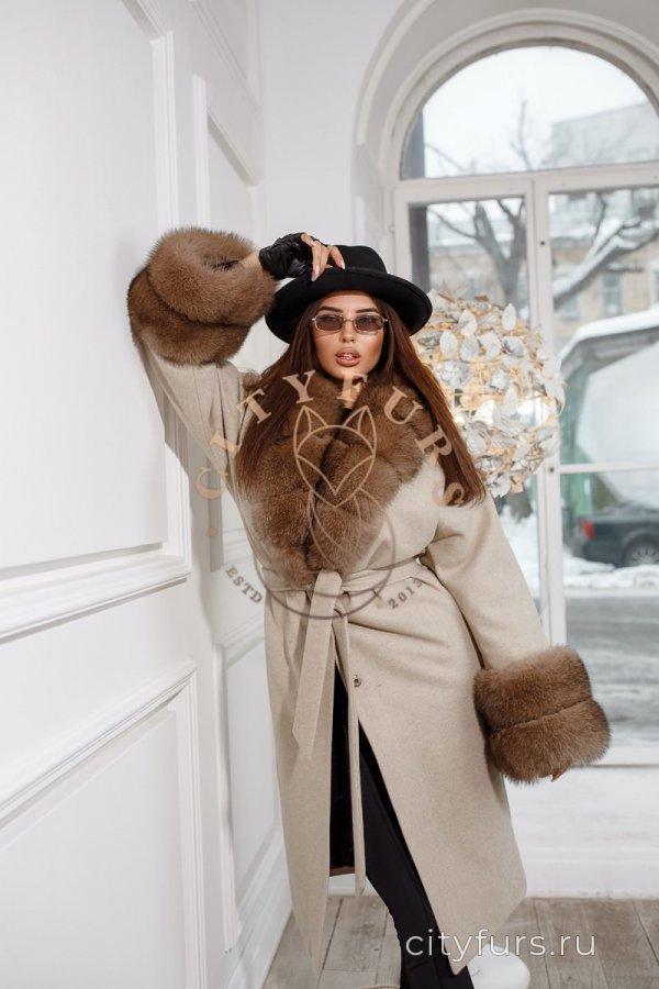 Пальто с финским песцом!Цвет Бежевый