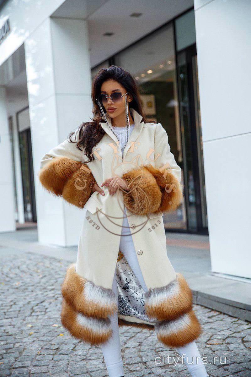 Пальто с лисой молочного цвета