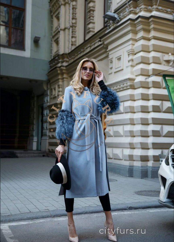 Пальто с мехом чернобурки на рукавах