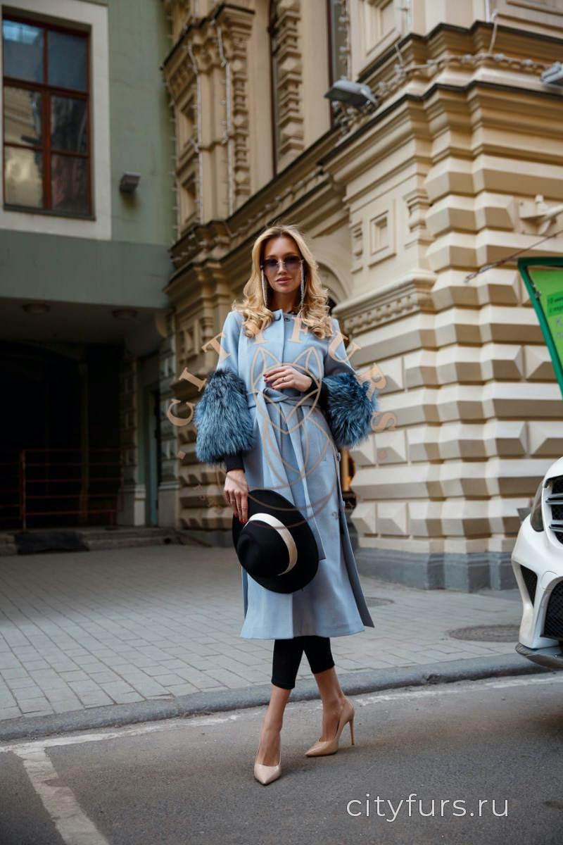 Пальто с мехом чернобурки на рукавах 3