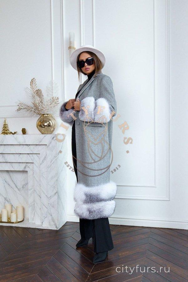 Пальто с мехом лисы серого цвета