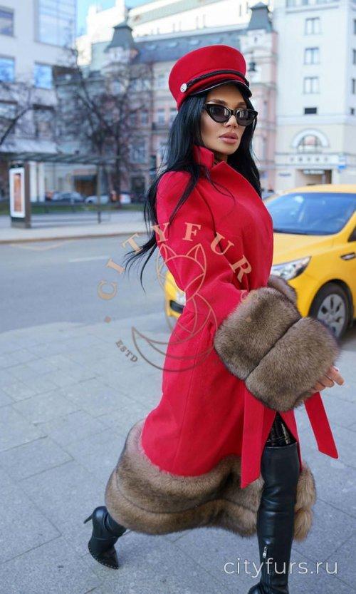 Пальто с мехом песца цвет красный