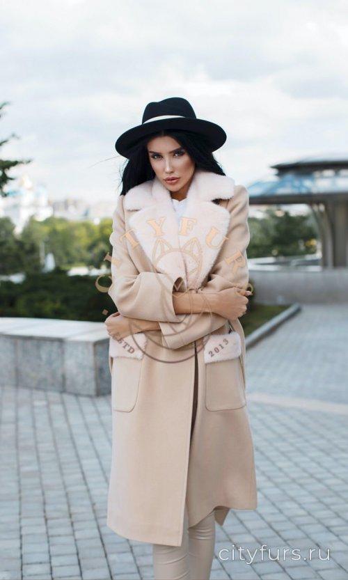 Пальто с норкой бежевого цвета