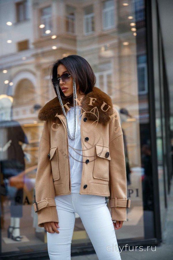Пальто с песцом бежевого цвета