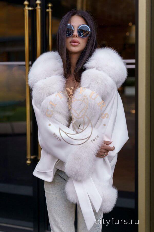 Пальто с мехом песца цвет белый