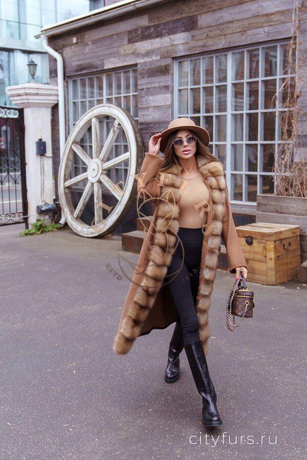 Пальто с мехом куницы - цвет коричневый