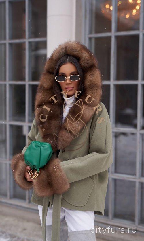 Пальто с мехом куницы - цвет хаки