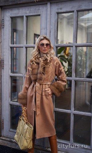 Пальто с мехом куницы - цвет бежевый