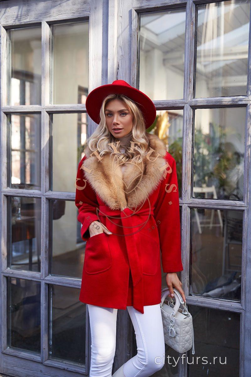 Пальто с мехом куницы - цвет красный