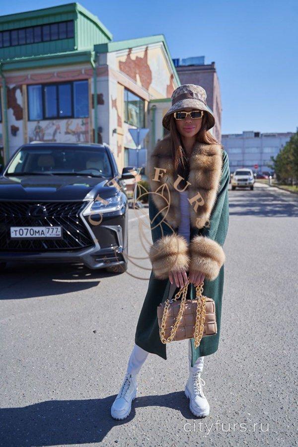 Пальто с мехом куницы - цвет изумруд